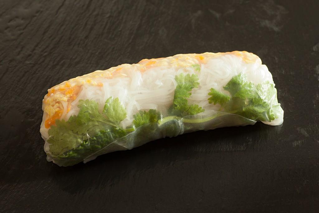 Abschliessend wird das Reispapier vollständig um die Vietnamesische Sommerrolle gewickelt.