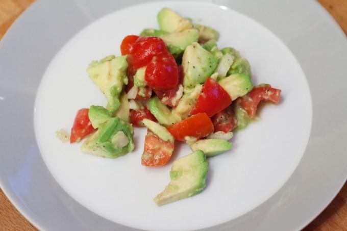 Avocadosalat mit Tomaten als leckerer kleiner Snack oder Vorspeise bzw. als Beilage.
