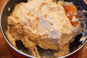 Béchamelsauce wird mit dem zerkleinerten Hühnerfleisch und Ei gemischt.