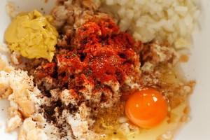 Brötchen, Ei und Gewürze werden mit Thüringer Mett und gehacktem Halb und Halb gemischt.