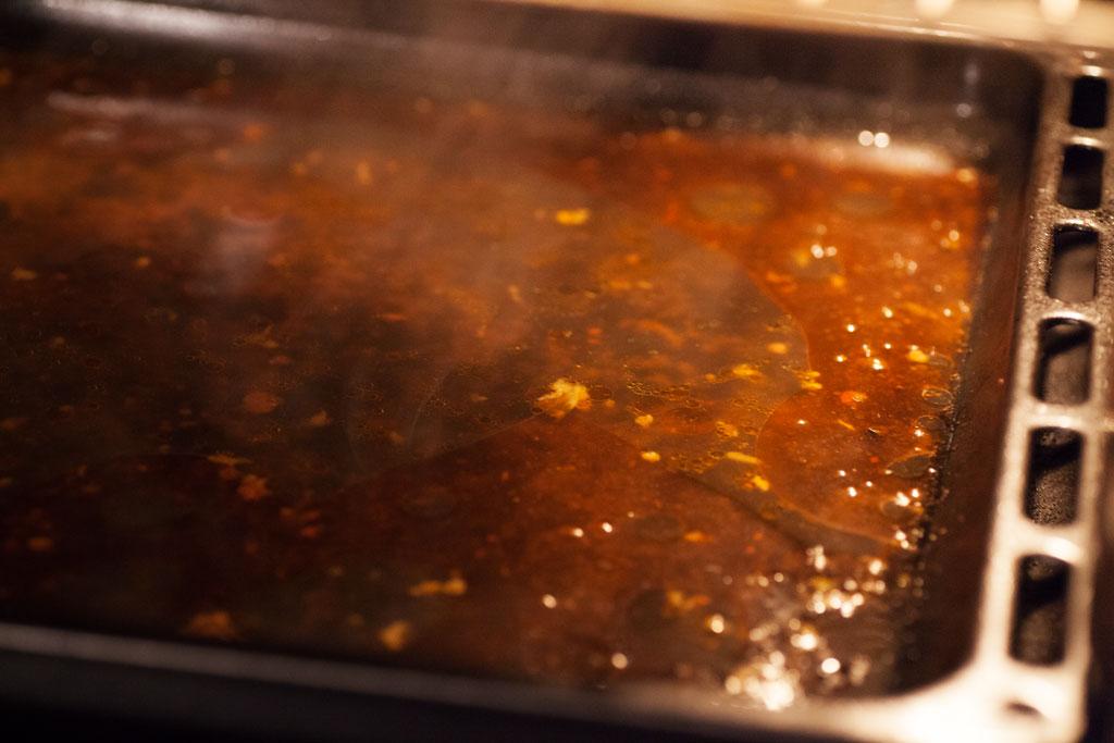 Bratensaft, Marinade und Fett verbinden sich auf dem Backblech zu einer würzigen selbstgemachten Sauce.