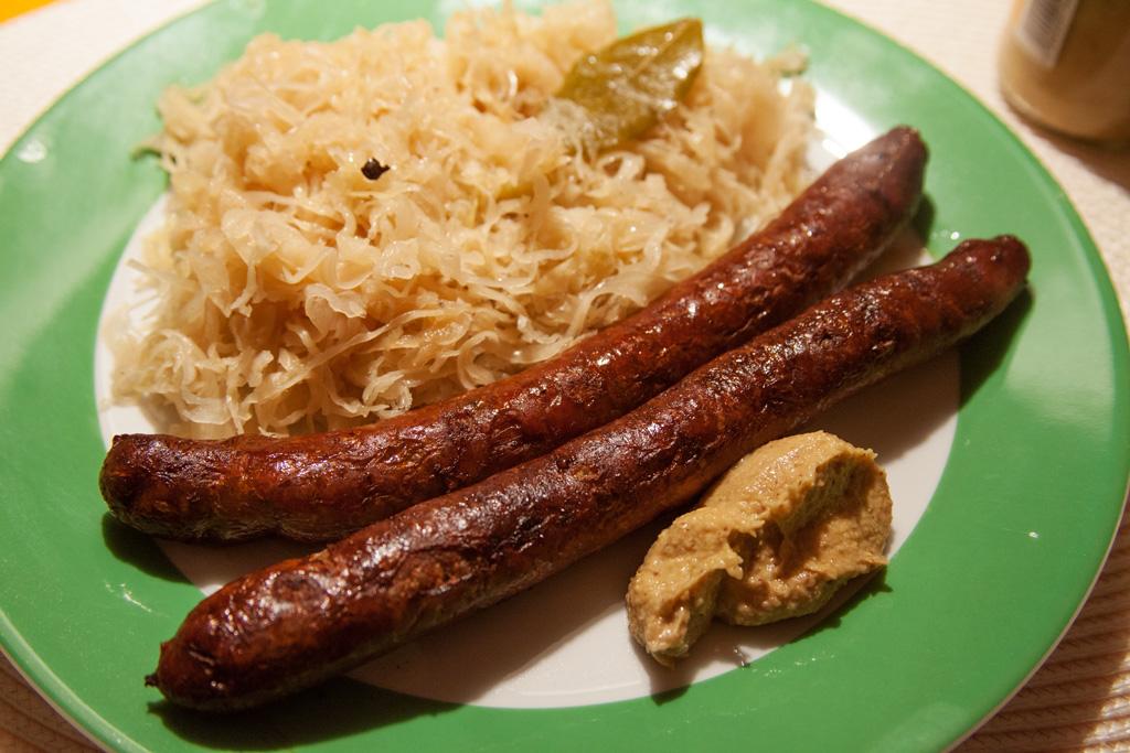 Bratwurst mit Senf und Sauerkraut