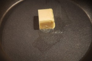 Butter wird in der Pfanne geschmolzen