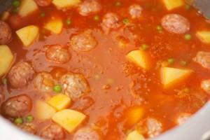 Das Gemüse und die Köfte sollen knapp mit Wasser bedeckt sein.
