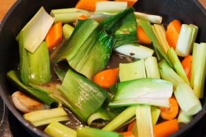 Das Gemüse wird für den Rinderbraten vorher in der Pfanne geröstet.