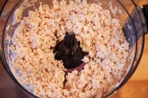 Das Hühnchenfleisch wird im Mixer zerkleinert.