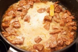 Das Kalbsragout wird mit Sahne und Speisestärke angedickt.