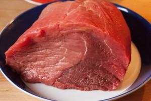 Das Rindfleisch für den Rinderschmorbraten wird mit Küchenkrepp trocken getupft.