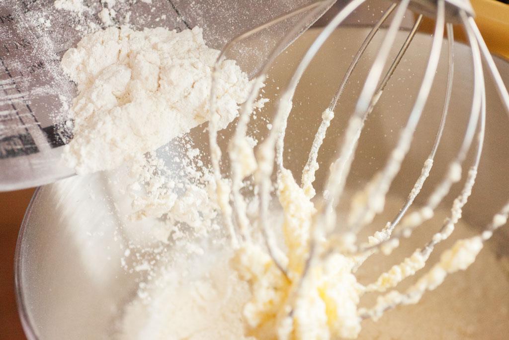 Das gesiebte Mehl mit Backpulver wird langsam in den Rührteig gerührt.