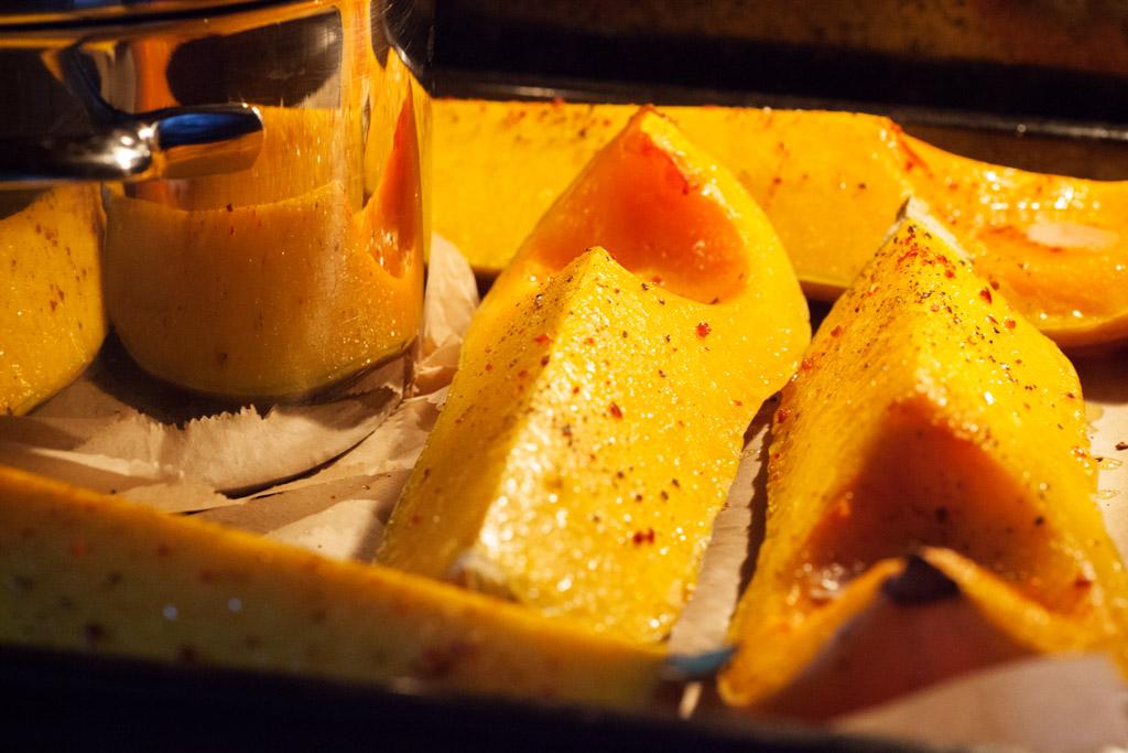 Der Butternusskürbis kann auch einfach mit einem Schmorgericht zusammen im Ofen gegart werden.