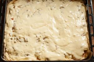 Der Rhabarberkuchen ist fertig für das Backen vorbereitet.