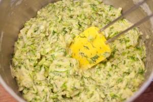 Der fertige Zucchiniteig sollte sofort verarbeitet werden da die Zucchini sonst Wasser ziehen.
