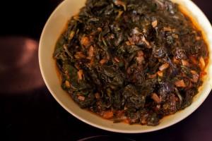 Der vorgegarte gewürzte Spinat sollte vor dem Weiterverarbeiten etwas abkühlen.