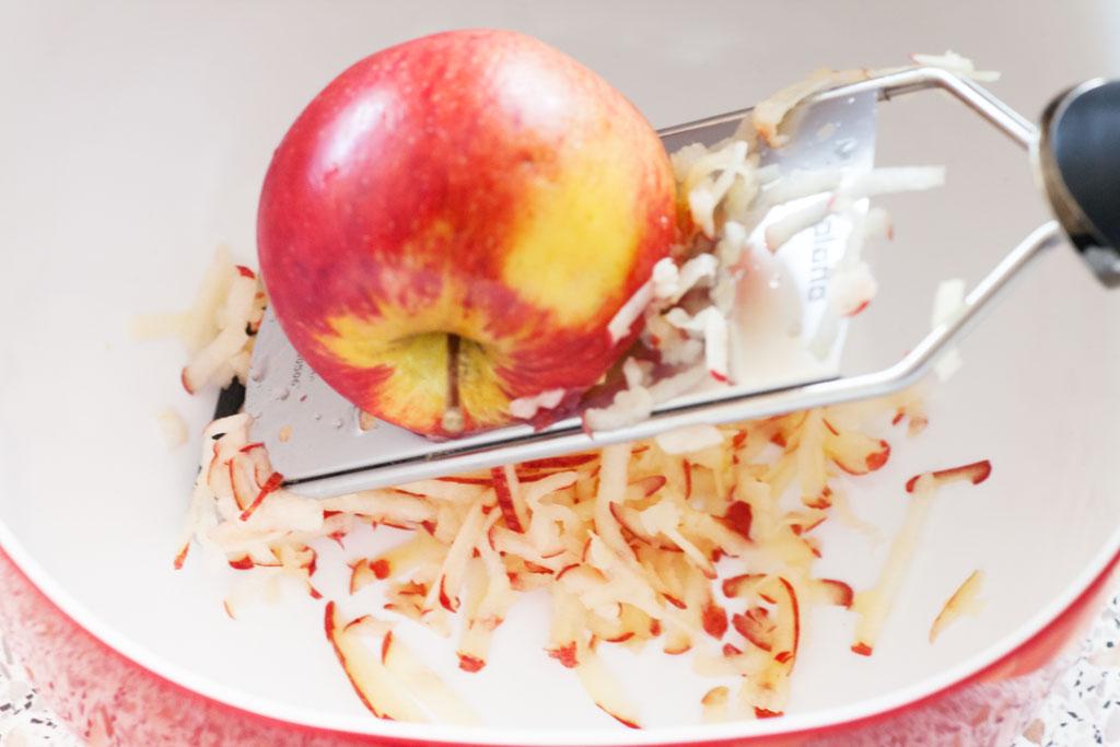 Die Äpfel werden mit einer groben Reibe geraffelt.