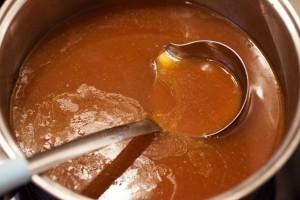 Die Bratensauce wird ein wenig eingekocht und angedickt.