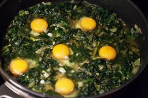 Die Eier werden mit Abstand zueinander in die Kuhlen gegeben.