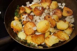 Die Kartoffeln werden erst gewendet, wenn die Unterseite kross und braun gerbraten ist.