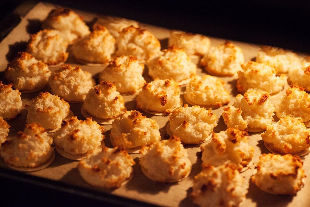Die Kokosmakronen werden für 20 Minuten bei 180°C gebacken.
