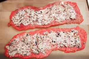 Die Roulade ohne Speck wird mit der Frischkäse-Tomaten-Mischung bestrichen.