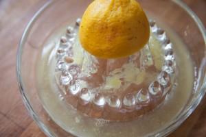 Die Zitrone halbierst du und presst den Saft aus.