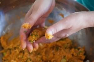 Die abgeschmeckte Linsenmasse wird mit den Händen zu kleinen länglichen Frikadellen geformt.