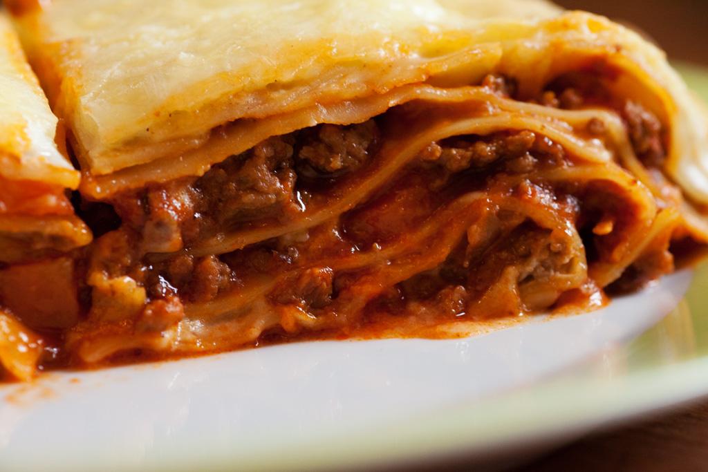 Die einzelnen Schichten der Lasagne Bolognese sind gut zu erkennen.