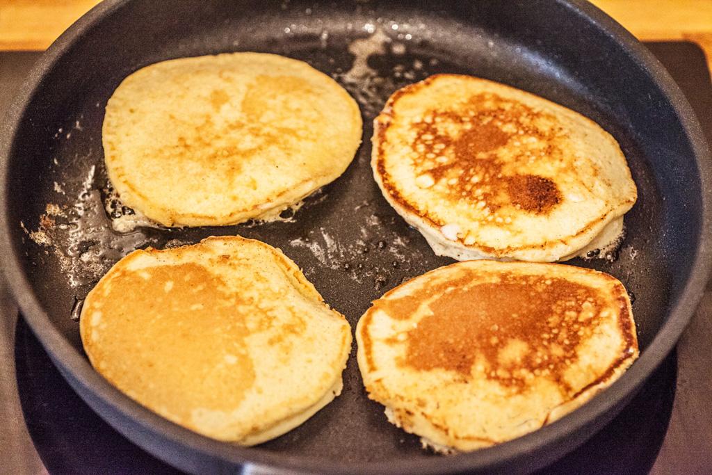 Die luftigen japanischen Pfannkuchen brauchen in der Pfanne keine 3 Minuten.