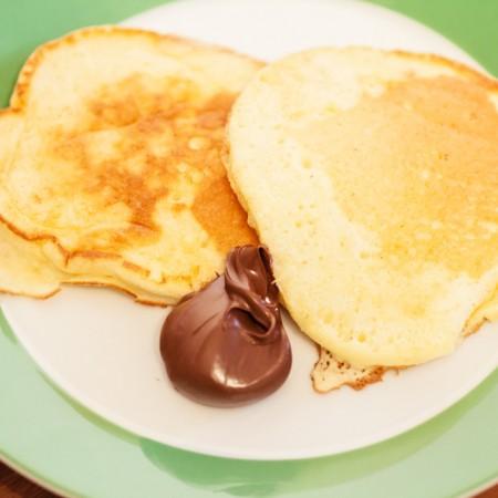 Die luftigen japanischen Pfannkuchen schmecken am besten mit Schololadencreme.