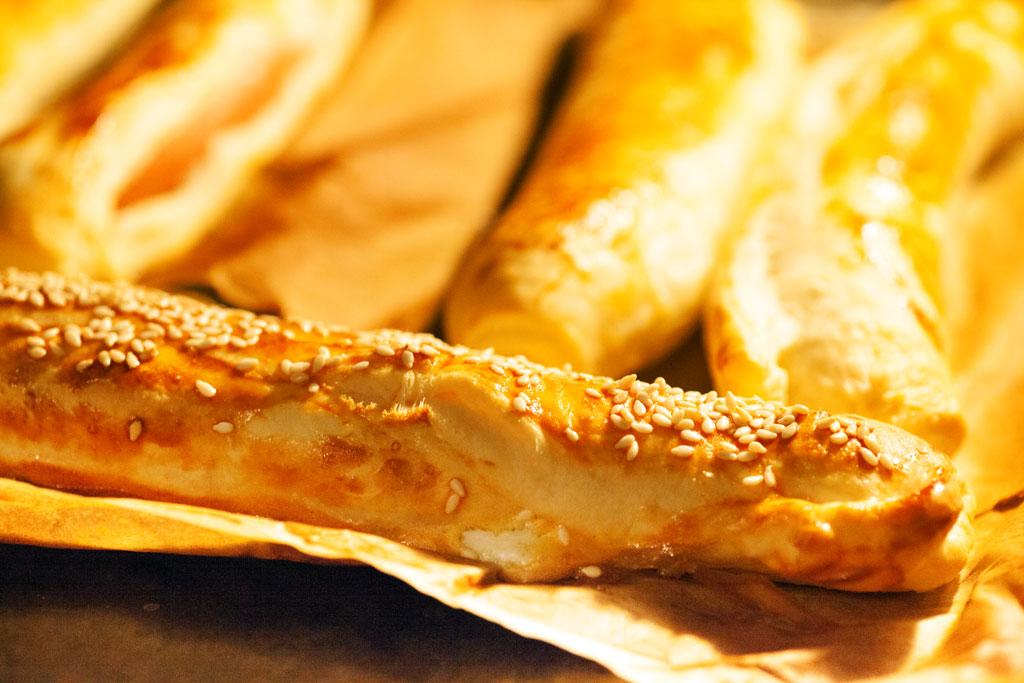 Die türkischen Würstchen im Schlafrock sind nach der Backzeit leicht gebräunt und knusprig.