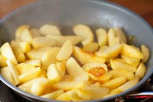 Durch die kalten Äpfel wird der Karamell kurzfristig fest.