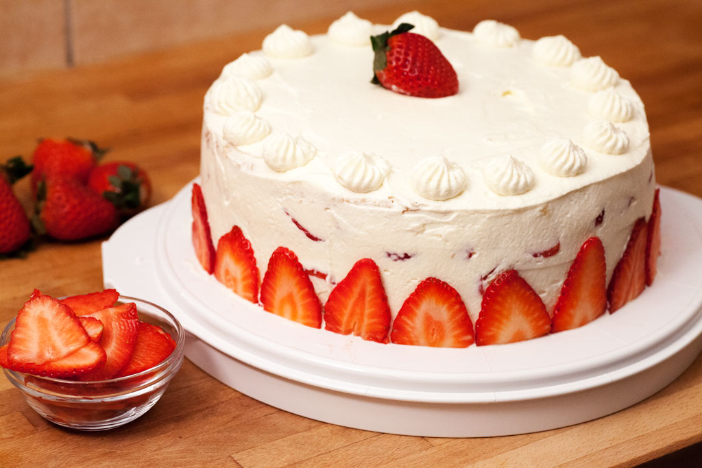 Erdbeer-Schokoladensahnetorte aus frischen Erdbeeren.