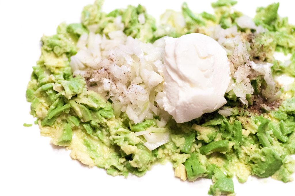 Es sollten noch Avocadostücke als solche erkennbar bleiben fuer diese Guacamole.
