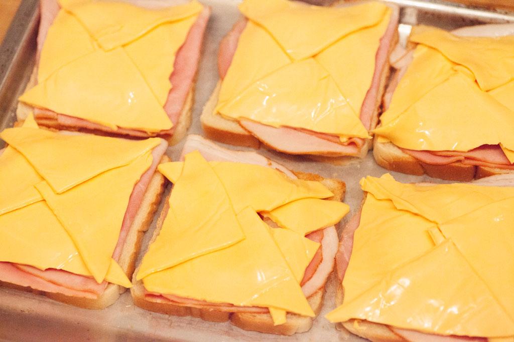 Für die klassische Rezeptur des Toast Hawaii unverzichtbar: Chester Schmelzkäse.