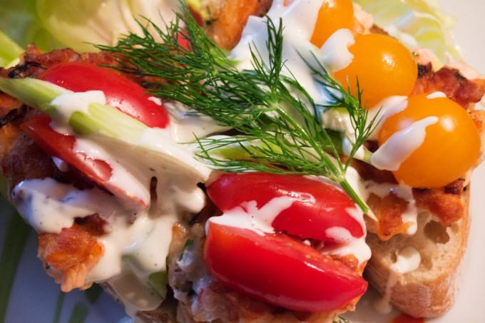 Fischburger mit frischen Tomaten, Frühlingszwiebel, Dill und selbstgemachter Mayonnaise.