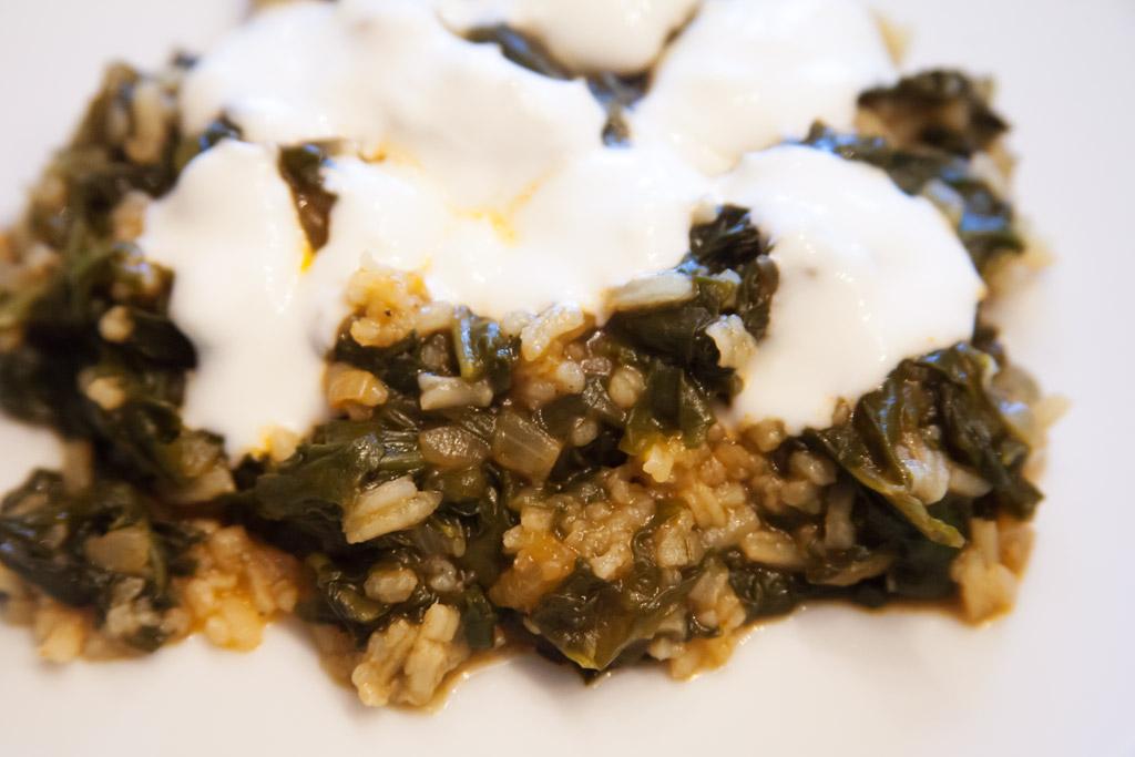 Frischer Spinat mit Knoblauch-Joghurt.