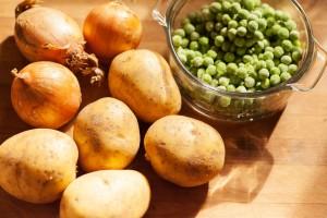 Für Sulu Köfte verwendet man als Gemüse Kartoffeln, Zwiebeln und Erbsen.