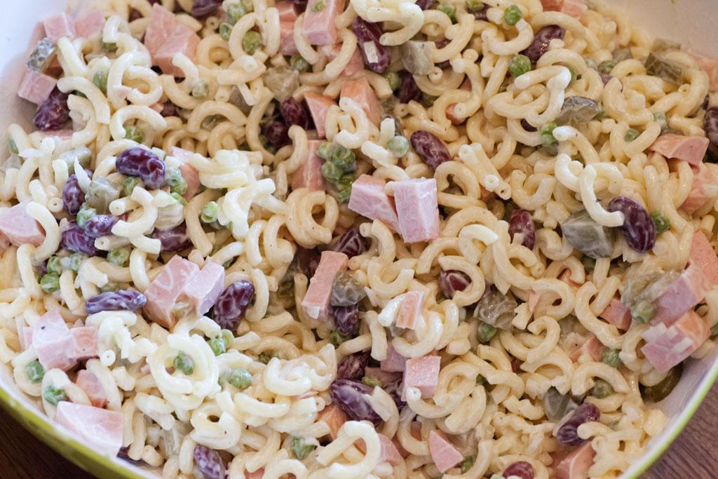 Für den klassischen Nudelsalat werden alle Zutaten zusammen geschüttet und verrührt.