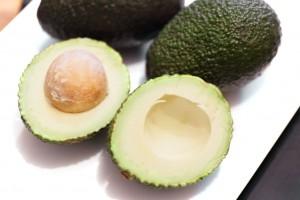 Für die Guacamole mit Zwiebeln werden reife Avocados verwendet.