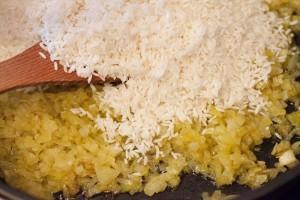 Für die Reisfüllung werden Zwiebeln gedünstet und mit dem Reis gegart.
