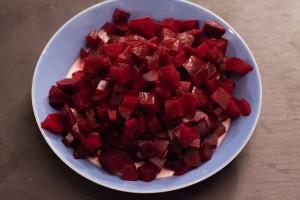 Für die Rote-Bete-Suppe können rohe oder vorgekocht vakuumierte Rote Bete verwendet werden.