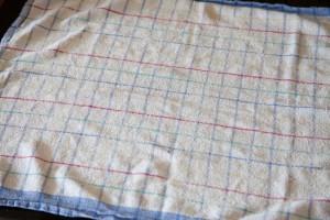 Fusselfreies Tuch wird ausgelegt und mit Zucker bestreut.