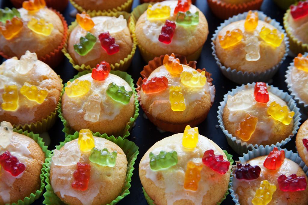 Gummibärchen Muffins: zum Festkleben der Gummibärchen wird Zuckerguss verwendet.