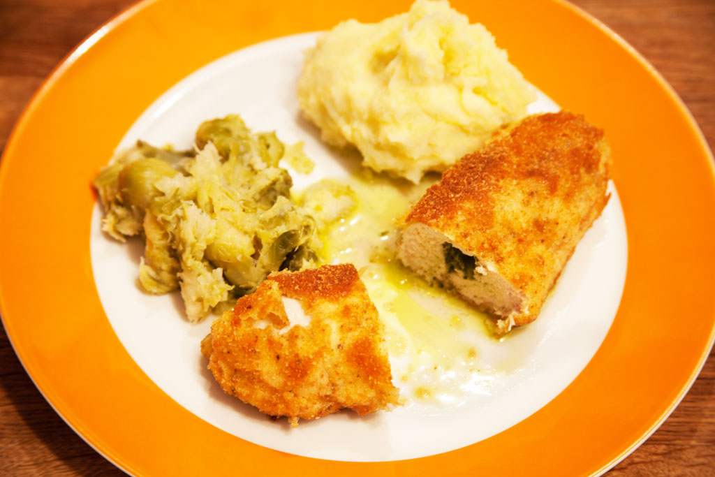 Hühnchen Kiew mit Rosenkohl und selbstgemachtem Kartoffelpüree.