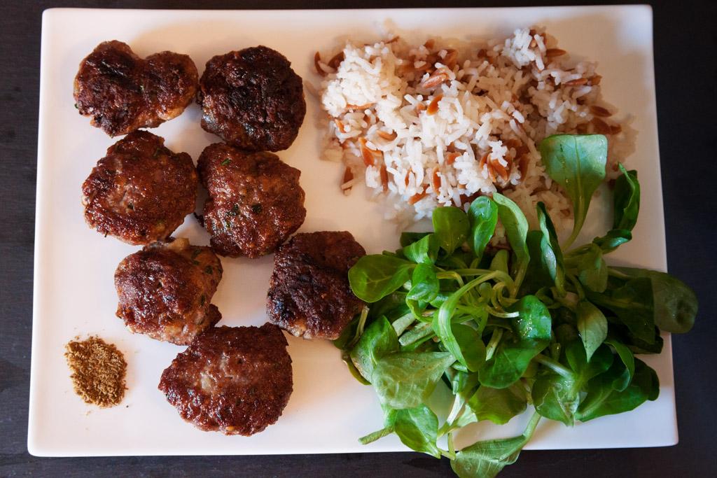 Köfte - türkische Frikadellen mit Feldsalat und türkischem Reis.