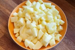 Kartoffeln schälen und in 1-2 cm große Würfel schneiden.