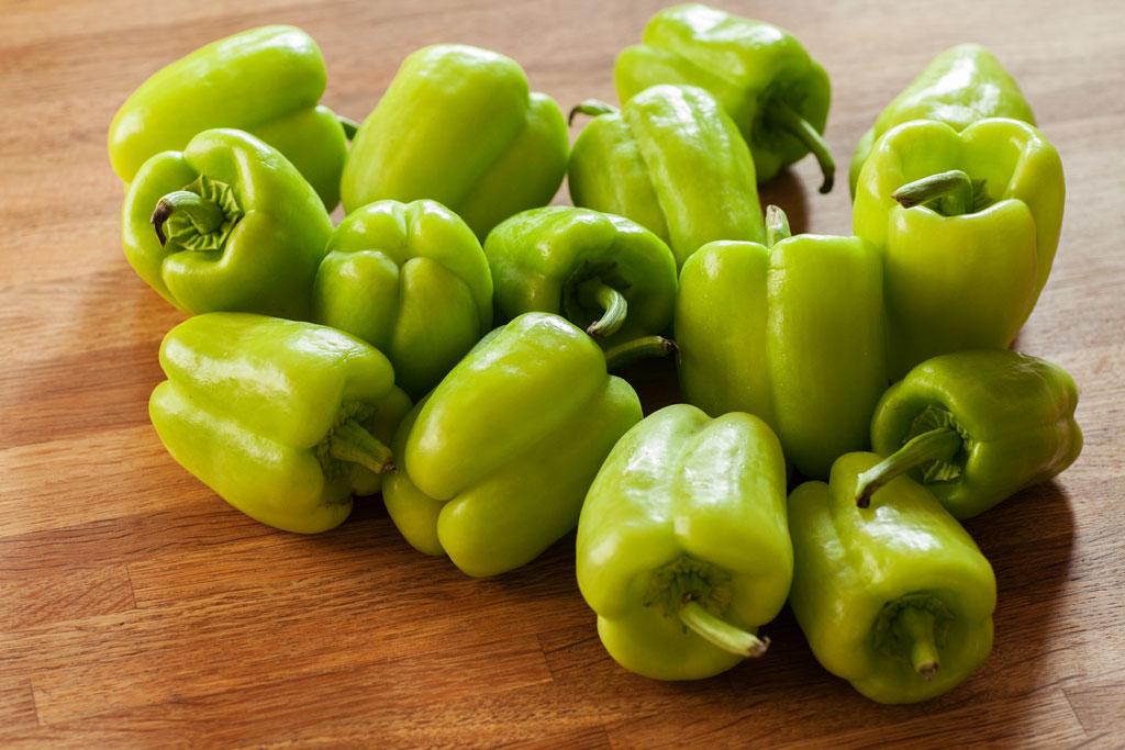 Kleine hellgrüne türkische Paprika.