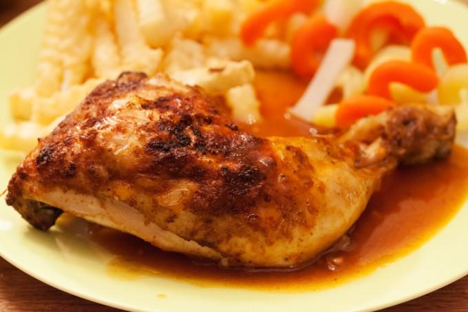 Knusprige Hähnchenschenkel im Ofen mit würziger selbstgemachter Sauce.