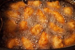 Kroketten mit Hühnchenfleisch Croquetas de Pollo in der Fritteuse.
