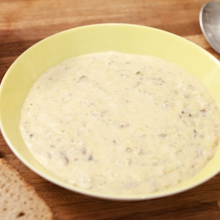 Lauch-Käsesuppe mit Pilzen und Hackfleisch.