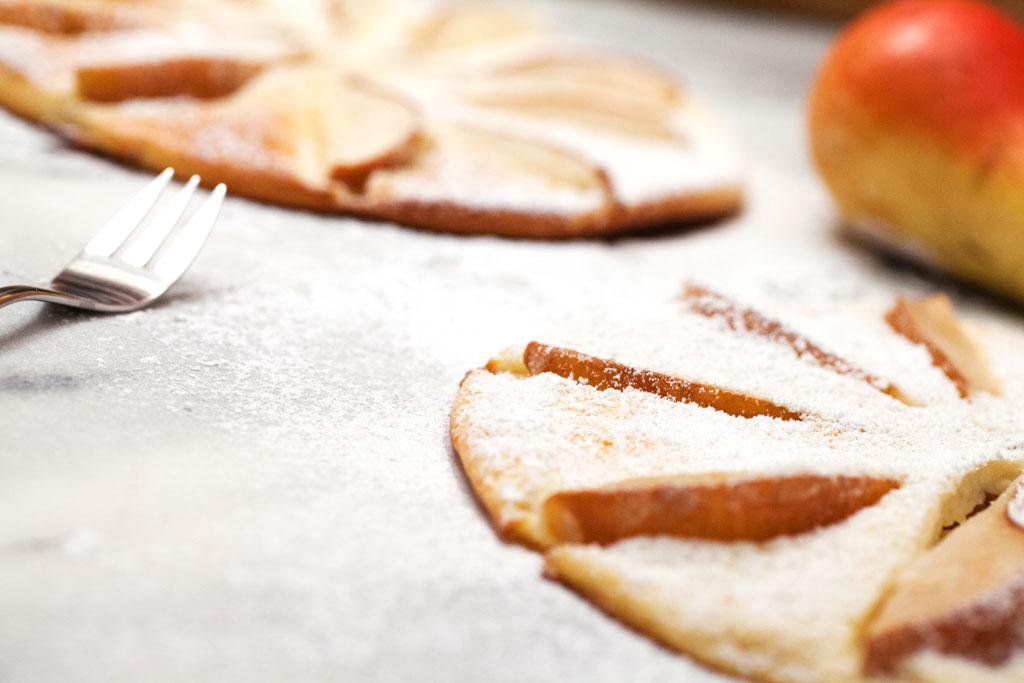 Leckere dicke Pfannkuchen mit Obst reifer Apfel oder reife Birne passen gut.